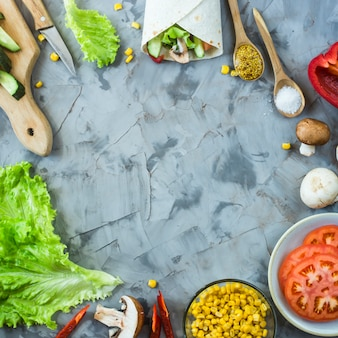 Cozinhar burrito vegano mexicano - legumes e cogumelos