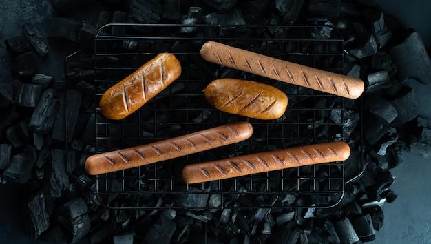 Cozinhar cachorros-quentes, salsichas na grelha