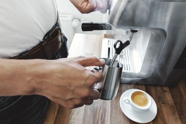 Cozinhar café com máquina de café automática