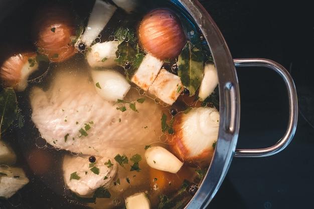 Cozinhar caldo de galinha