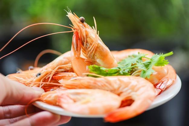 Cozinhar camarão camarão frutos do mar servido com fundo de natureza