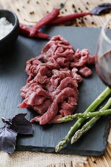 Cozinhar carne crua