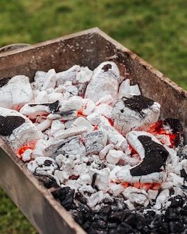 Cozinhar carne kebab com espetos na grelha.