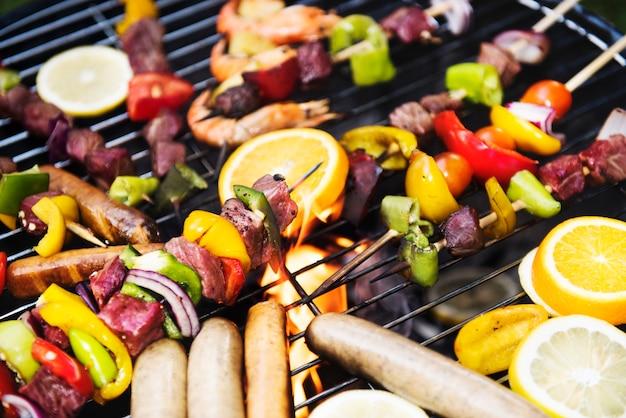Cozinhar churrasco no grelhador a carvão
