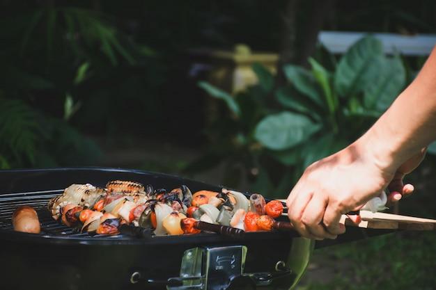 Cozinhar churrasco para festa.