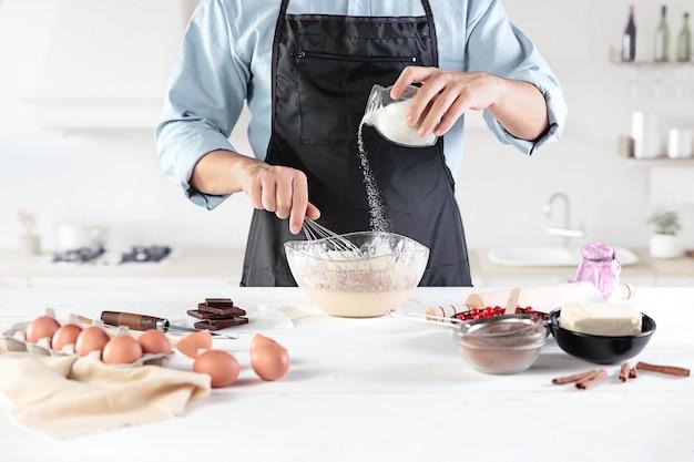 Cozinhar com ovos em uma cozinha rústica