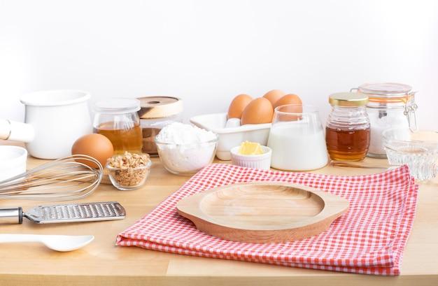 Cozinhar comida de café da manhã ou padaria com ingrediente e espaço de cópia de madeira dis. para exposição de produtos. alimentação saudável