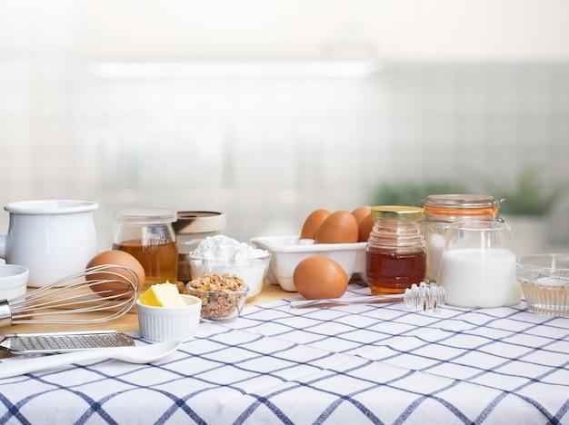 Cozinhar comida de café da manhã ou padaria com ingredientes na mesa da cozinha