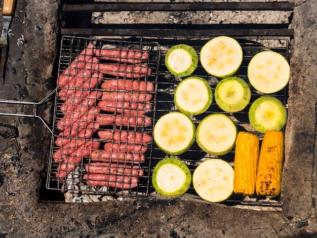 Cozinhar comida na grelha de grelha