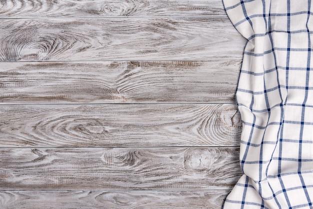 Cozinhar comida ou pizza mesa de madeira com tecido azul e branco.