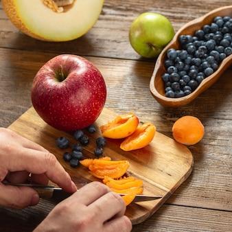 Cozinhar comida saudável e saborosa. uma mulher está preparando comida de verão dieta. conceito de dieta