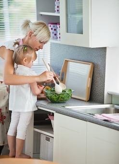 Cozinhar concentrado de mãe e criança