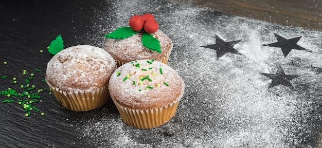 Cozinhar cupcakes de natal e decorá-los com visco