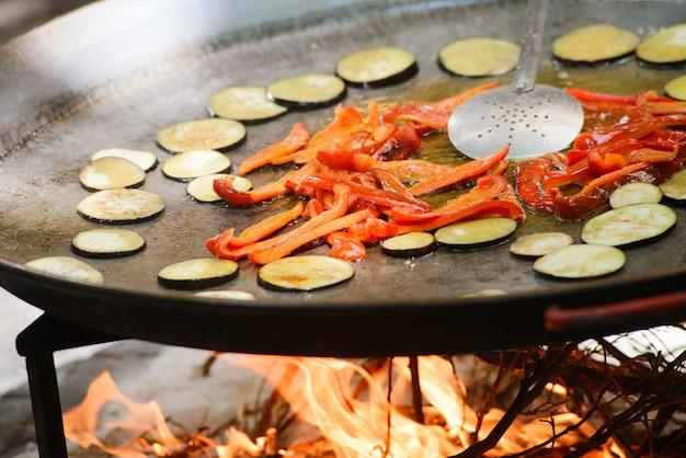 Cozinhar de uma paella de prato espanhol raditional com camarões e mexilhões