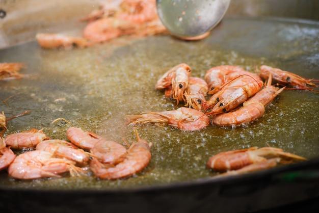Cozinhar de uma paella de prato espanhol raditional