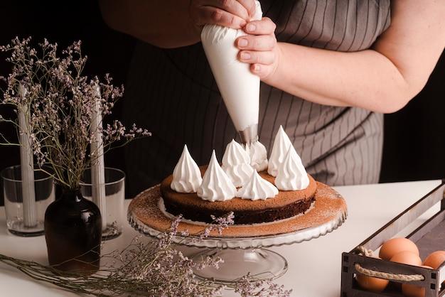Cozinhar decorar bolo com glacê