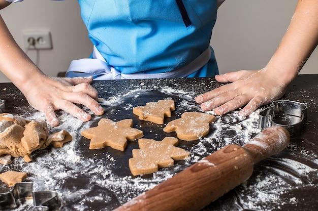 Cozinhar e decorar pão de mel de natal