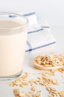 Cozinhar em casa leite vegetal de aveia em copo
