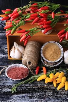 Cozinhar especiarias em uma caixa no estilo rústico de fundo de madeira velho