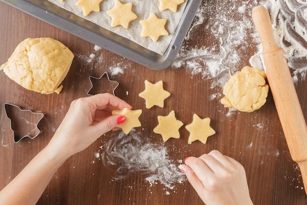Cozinhar figura pastelaria perto sobre a mesa e os ingredientes. visualização horizontal de cima