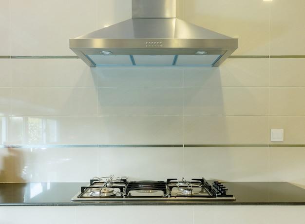 Cozinhar fogão a gás com capuz na cozinha moderna