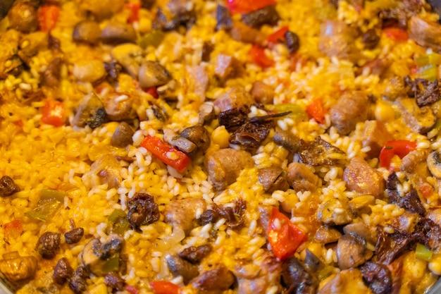 Cozinhar frango paella de arroz com cogumelos de carne e legumes paella espanhola com caldo de galinha