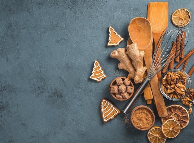 Cozinhar fundo com ingredientes, biscoitos de gengibre e acessórios de cozinha