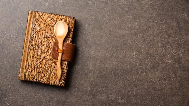 Cozinhar fundo com livro de receitas