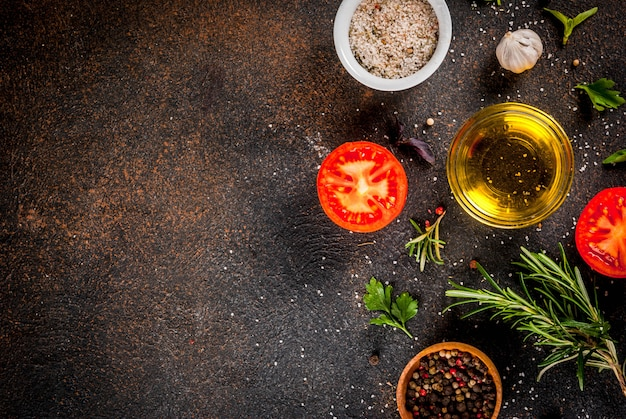 Cozinhar fundo, ervas, sal, especiarias, azeite, vista superior do fundo enferrujado escuro