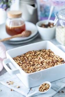 Cozinhar granola caseira.
