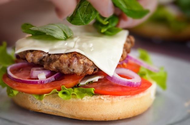 Cozinhar hambúrguer close-up