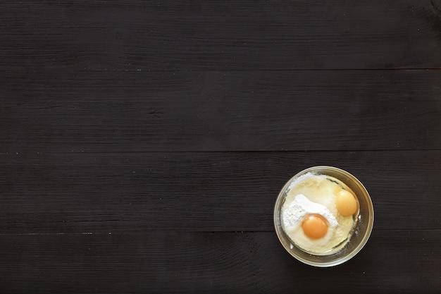 Cozinhar ingredientes da receita em um fundo preto