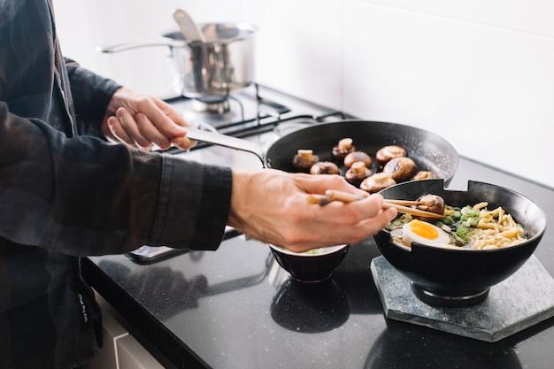 Cozinhar macarrão asiático