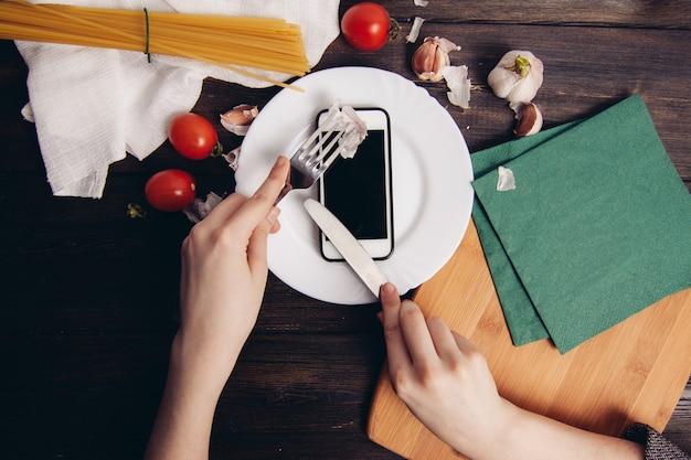 Cozinhar macarrão com tomates, mesa de cozinha