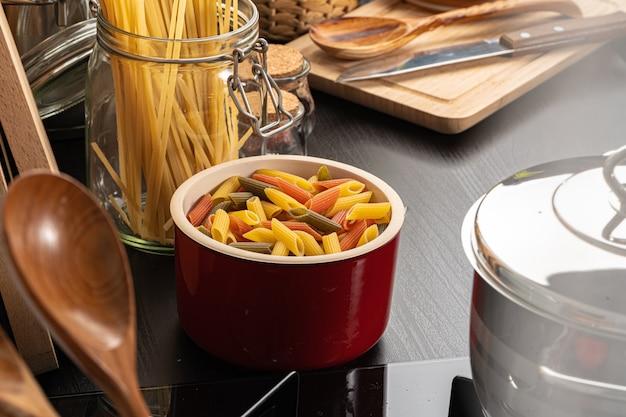 Cozinhar macarrão em casa em uma panela close-up