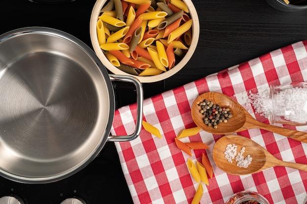 Cozinhar macarrão na cozinha de casa em uma panela de perto