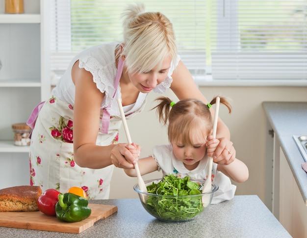 Cozinhar maduro de mãe e criança