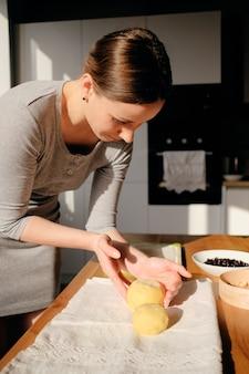 Cozinhar massa caseira em um dia ensolarado
