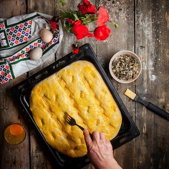 Cozinhar massa de pão com vista superior do garfo