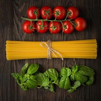 Cozinhar massas italianas autênticas. ingredientes de espaguete