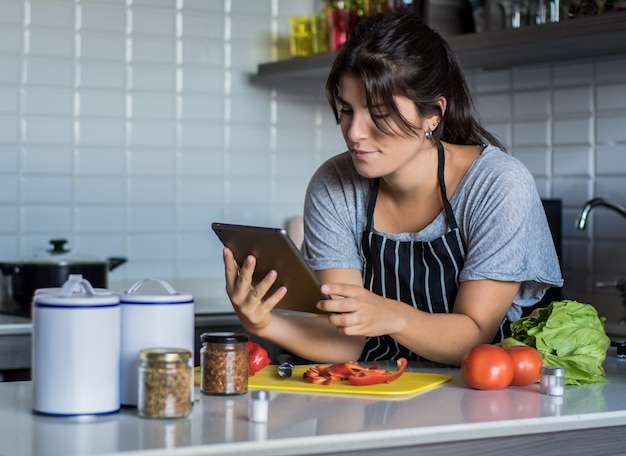 Cozinhar mulher na cozinha
