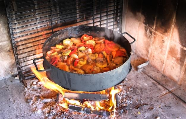 Cozinhar nos discos de arar a terra cozinha típica do pampa argentina