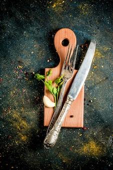 Cozinhar o conceito de alimentos, especiarias, ervas e óleo para preparar o jantar, com placa de corte