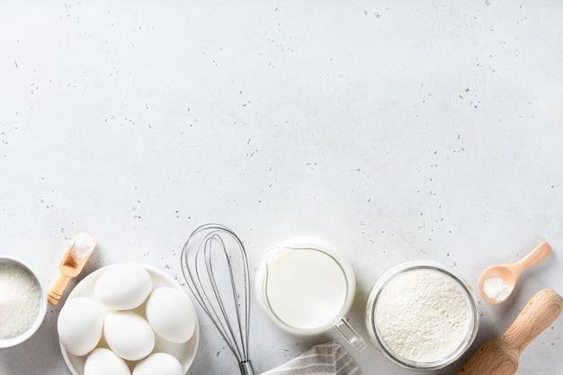 Cozinhar os ingredientes em uma mesa branca, ver os de cima
