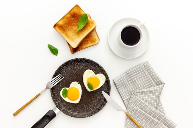 Cozinhar ovos fritos em formato de coração em uma panela