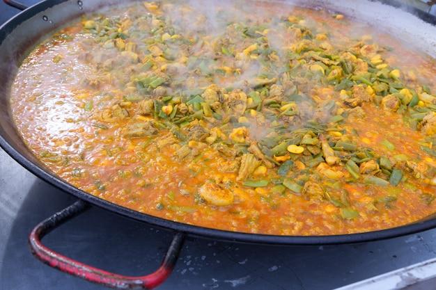 Cozinhar paella típica da receita de valência, espanha com arroz