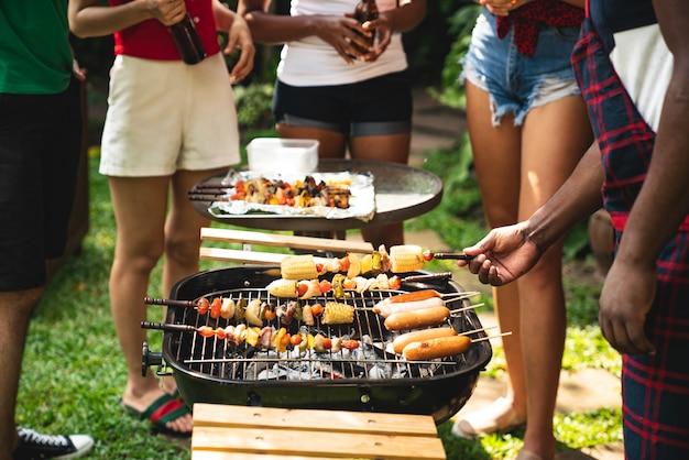 Cozinhar para um grupo de amigos para comer churrasco