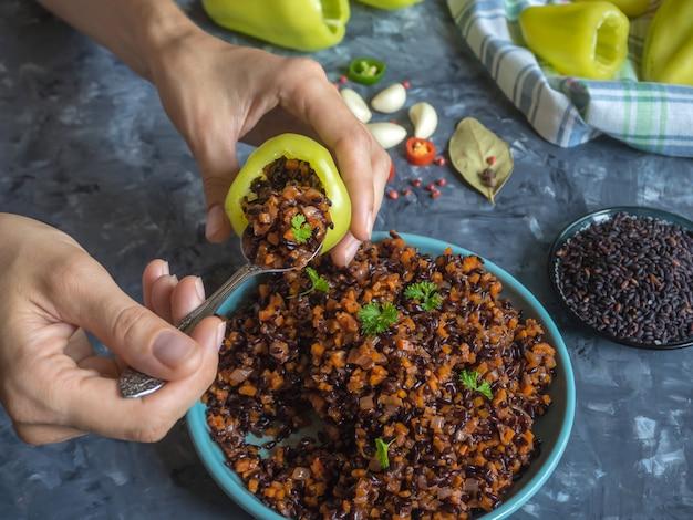 Cozinhar pimenta recheada com arroz selvagem e legumes.