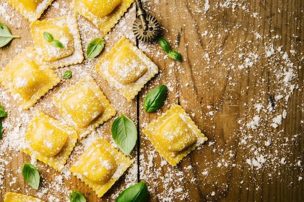 Cozinhar ravioli italiano na mesa de madeira