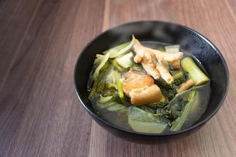 Cozinhar sopa chinesa ensopado de legumes tem carne de porco entremeada e pernas de frango
